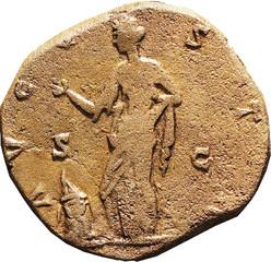 R/ Vesta debout à gauche, levant la main droite et posant la main gauche sur la hanche ; devant un autel allumé.  S/C AVGV-STA Sesterce, Rome, Ric 1127, 147, W20, C4.