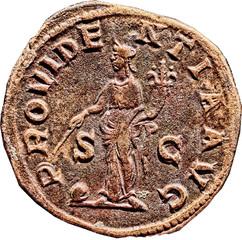 R/ Victoire drapée et ailée, allant à droite, tenant une couronne de la main droite et une palme de la main gauche. S/C VICTORI-A AVGG Sesterce, Rome, Ric 67, 235-236, W20, C4.
