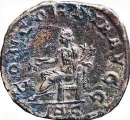 R/ Concordia assise de face, tournée vers la gauche, tenant une patère de la main droite et une double corne d'abondance de la gauche. SC sous la ligne de sol. CONCORDIA AVGG Sesterce, Rome, 246, Ric 203a, W20, C4.