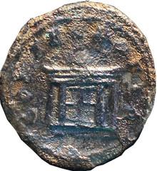 R/ Offrande brûlant sur un autel rectangulaire à caisson. CONSECRATIO Antoninien, Rome ou Milan, Ric 98, 251, W18, C4.