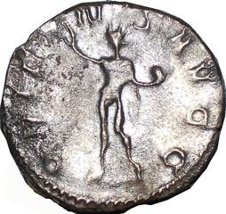 R/ Aeternitas debout de face, regardant à gauche, tenant un globe surmonté d'un phénix de la main droite et levant son drapé de la gauche. S/C )ETER( )ITAS A( Sesterce, Rome, 251-253, W20, C4.