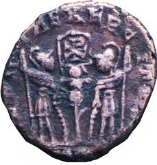 R/ Deux soldats debout face à face, tenant chacun une haste et s'appuyant sur un bouclier ; entre eux : une enseigne. )-ITVS Nummus, Chrisme/)ON(, Arles, Fer 528-529, 335-336, W17, C2.