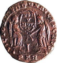 R/ Deux Victoires debout de face, tenant entre elles un bouclier sur lequel est inscrit VOT /V/MVL/X. VICTORIAE DD NN AVG ET CAES Maiorina, I/PAR, Arles, Fer 1278, 351-352, W17, C2.