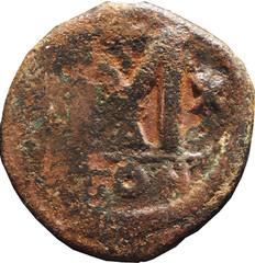 R/ Grand M accostée de deux étoiles à six raies surmontée d'une étoile grecque. Follis, A/CON, Constantinople, BMC/B30, 527-532, W17, C1.